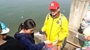 Người đàn ông Nhật đứng xin túi nilon ở Hồ Tây ngày ông Công ông Táo
