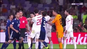 Không chỉ thua đậm, tiền đạo Iran còn suýt no đòn vì tát cầu thủ Nhật Bản