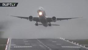Gió lớn khiến hàng loạt máy bay chao đảo khi cất hạ cánh