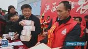Nông dân Trung Quốc hân hoan nhận gần 800 nghìn USD tiền thưởng Tết