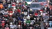 Dòng người chôn chân giữa phố trong ngày 'chia tay' Thủ đô về ăn Tết
