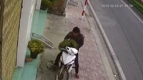 Người đàn ông ngang nhiên bê trộm hai chậu hoa vào sáng mùng 1 Tết