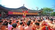 Hàng nghìn người reo hò trong điệu múa trai giả gái của quan đám ở Đồng Kỵ