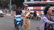 'Quên' mũ bảo hiểm mùng 5 Tết, nhiều người bị 'mời' xuống dắt xe