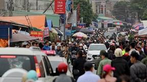 Hàng vạn du khách đổ về chợ Viềng, ôtô kẹt cứng hàng km