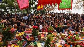 Hàng nghìn người đổ về Phủ Tây Hồ cầu lộc ngày đầu đi làm sau Tết
