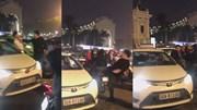 Va chạm nhẹ, tài xế Mercedes liên tục đấm đá rồi đạp bay gương taxi