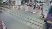 Hai nữ nhân viên gác chắn lao ra đường ray cứu cụ bà trong gang tấc