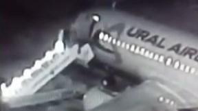 Thang máy bay bị sập, hành khách rơi xuống đường băng