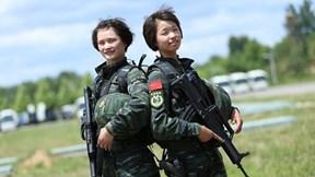 Các bóng hồng đội biệt kích Chim Ưng Trung Quốc khoe kỹ năng chiến đấu