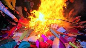 Hàng trăm người mang 'lửa thiêng' đi khắp ngõ ngách 'lấy đỏ' về nhà