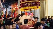 Biển người chen chân thức thâu đêm xem lễ rước 'ông lợn' ở làng La Phù