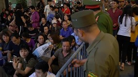 Ngồi giữa đường làm lễ cầu an chùa Phúc Khánh: 'Có việc gì còn chạy cho dễ'
