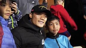 Bùi Tiến Dũng 'ngậm ngùi' ngồi khán đài xem Hà Nội FC thi đấu