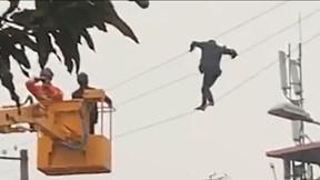 Thót tim người đàn ông làm xiếc trên dây điện cao thế