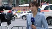 Nữ phóng viên quốc tế rộn ràng trước khách sạn lớn ở Hà Nội