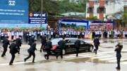 Dàn vệ sĩ chạy bộ tháp tùng xe ông Kim Jong-un rời ga Đồng Đăng