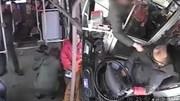 Tấn công tài xế xe buýt tới tấp vì bị nhắc nhở khi cho con tè trên xe