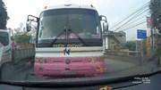 Nam Định: Xe khách vượt ngược chiều trên cầu bị ép lùi