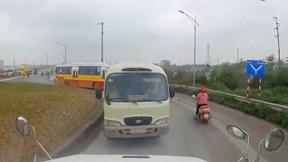 Tài xế container ép lùi hàng loạt ô tô, xe máy đi ngược chiều