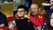 Tới xem trận derby Thủ đô, HLV Park Hang Seo được khán giả nhí 'vây kín'