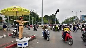 Bóng hồng cảnh sát giao thông giữa ngã tư đường phố