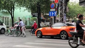 'Soái ca' lái BMW và hành động bất ngờ với cụ già giữa ngã tư Sài Gòn