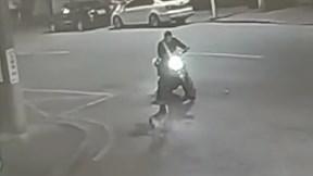 Bi hài bị cảnh sát bắt vì...cãi nhau tay đôi với chó