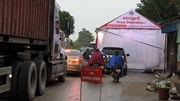 Hải Dương: Rạp cưới chình ình giữa quốc lộ, ngàn xe vun vút lách qua