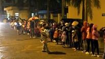 Hàng trăm em nhỏ xếp hàng trong mưa rét đợi xét nghiệm sán lợn từ 3h sáng