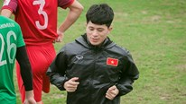 Trung vệ Đình Trọng tập luyện riêng cùng bác sĩ Hàn Quốc