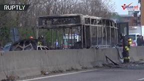Tài xế tưới xăng đốt xe buýt chở 51 học sinh