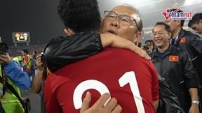 Thầy Park ôm chặt Đình Trọng, cảm ơn tinh thần thi đấu hết mình của học trò