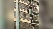 Giải cứu bé trai treo lơ lửng ở tầng 4 chung cư