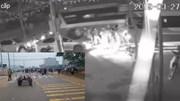 Khoảnh khắc xe khách lao vào đoàn người đưa tang khiến 7 người chết