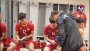Xúc động khoảnh khắc thầy Park ôm từng học trò sau chiến thắng