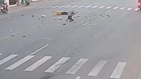 Sang đường bất cẩn bị xe khách phóng tốc độ cao đâm nát xe