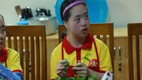 Xúc động xem trẻ tự kỷ, bại não vượt bệnh tật học nấu ăn