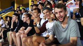 CĐV nước ngoài kéo đến sân Hàng Đẫy, nhiệt tình cổ vũ Hà Nội FC