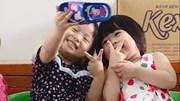 2 bé gái cầm dép selfie trong lớp gây sốt cộng đồng mạng