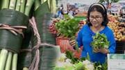 Khách hàng Thủ đô thích thú mua các sản phẩm rau củ gói bằng lá chuối