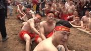 Xem trai làng Hà Thành mình trần chơi kéo co ngồi trong lễ hội đền Trấn Vũ