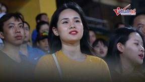 Hotgirl Huyền Trang rạng rỡ trên sân, hò hét hết mình cổ vũ Trọng Đại