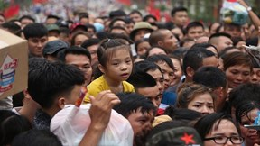 Đền Hùng: Cha mẹ nháo nhác tìm con lạc; nhiều người mất giấy tờ tùy thân