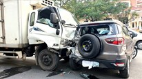 Quảng Bình: Xe tải lao thẳng vào đoàn xe chờ đèn đỏ, 2 người trọng thương
