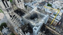 Nhà thờ Đức Bà Paris cháy trơ khung, nhuốm màu tro bụi nhìn từ trên cao