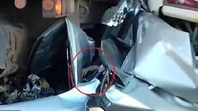 Tài xế sống sót thần kỳ trong chiếc xe bẹp dúm