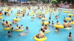 Công viên nước đông nghịt người đến tắm trong đợt nắng nóng đầu tiên