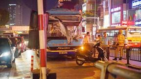 Xe buýt húc đổ rào chắn giới hạn độ cao cầu vượt Thái Hà