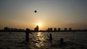 Người dân Hà Nội 'biến' Hồ Tây thành bể bơi 'khổng lồ' giải nhiệt đầu hè